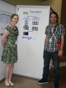 Imagen que muestra a los directores de ACCEGAL con el poster sobre PictoDroid Lite al fondo