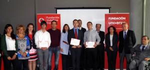 Fotografía en la que aparecen los premiados en los premios a PFC accesibles de las fundaciones Universia y Vodafone con sus respectivos directores de proyecto y el jurado del premio.